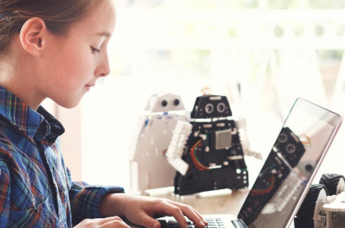 Diviértete aprendiendo robótica y programación con Valeria y su profesora