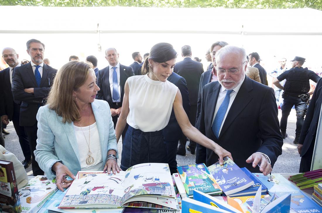 S.M.La Reina doña Letizia inaugurando las casetas SM